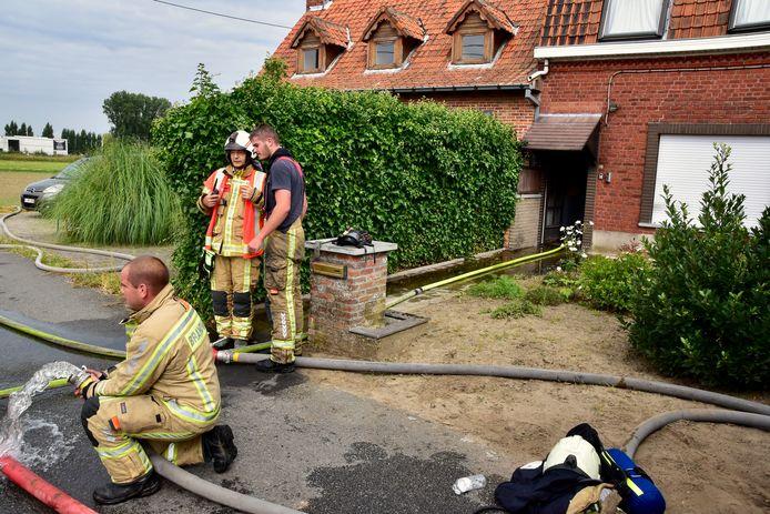 De brand hield vooral lelijk huis aan de achterzijde van de rijwoning langs de Komerenstraat in Geluwe, maar het huis is helemaal verloren.