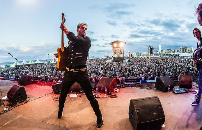 Singersongwriter Tim Akkerman treedt met zijn band op tijdens een eerdere editie van Live On The Beach.