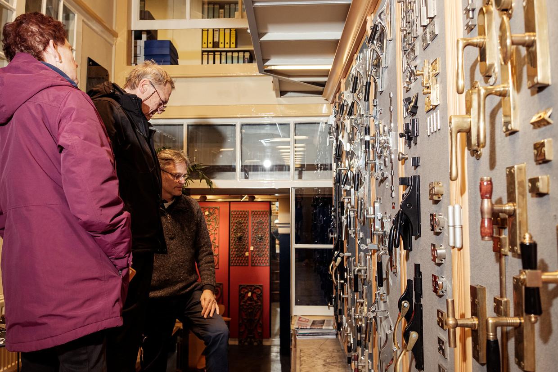 Klanten in de winkel aan het Singel; het assortiment bestaat uit ruim tienduizend artikelen. Beeld Jakob Van Vliet