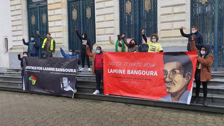 Betogers aan de Gentse rechtbank vragen gerechtigheid in de zaak-Bangoura.  Beeld BELGA