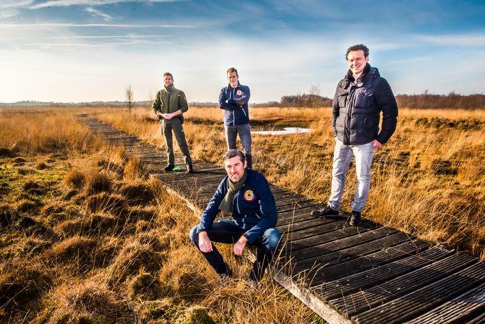 Er gloort hoop voor het vlonderpad in het Haaksbergerveen, mede dankzij de leden van Ronde Tafel Jochem van Herk (zittend), Mark Oskamp (links), Tom Wielens (rechts) en boswachter Jeroen Buunen (achter). De foto werd vorig jaar gemaakt.