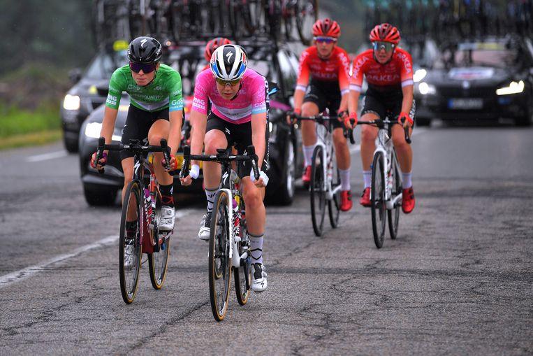 Anna van der Breggen (met roze trui) tijdens de etappe van zondag. In haar laatste seizoen aast ze op een vierde eindzege in Italië. Beeld Getty