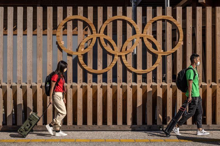 Journalisten arriveren voor hun verplichte isolatie, voorafgaand aan de Olympische Spelen. Beeld Getty Images