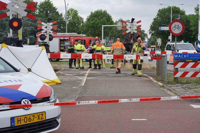 Op de spoorwegovergang van de Klapstraat in Wijchen is een dodelijk ongeluk gebeurd.