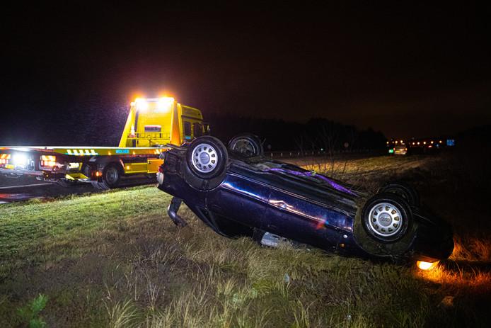 De Audi belandde op de kop in de berm naast de A50 bij Hattem.