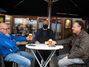 """""""Mondmasker wellicht niet het enige dat op z'n kop belandt vandaag"""": kroegen in Antwerpen zijn terug open"""