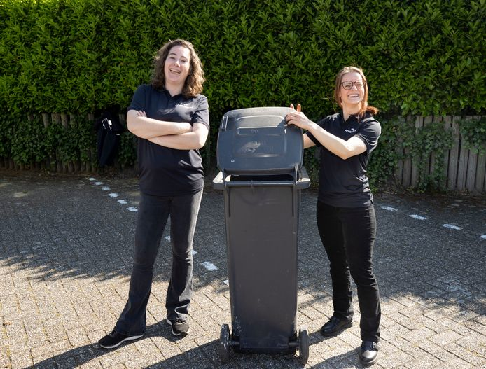 De Helmondse afvalcoaches Monique Roelen (l) en Yvette Loeve gaan nog een tijdje door.