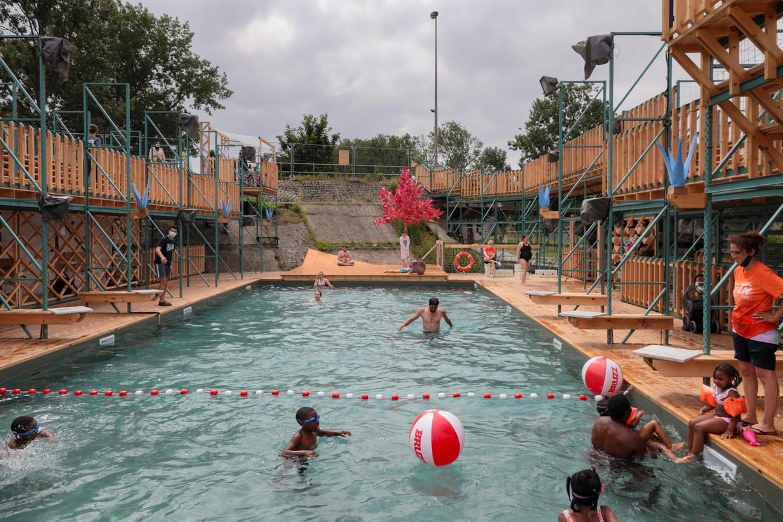 Brussel heeft voor het eerst weer een openluchtzwembad. Beeld Photo News