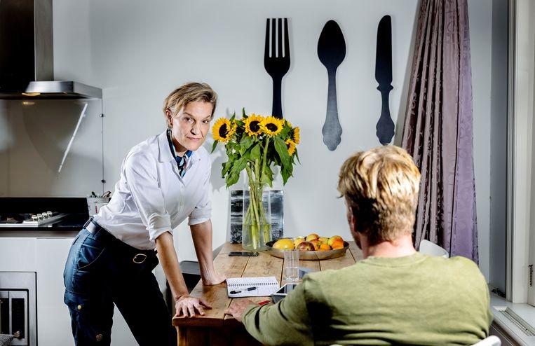 Ambassadeur Caecilia Wijgers praat in haar Amsterdamse Airbnb na met commando Tijs, de militaire commandant van de evacuatiemissie. Beeld Jean-Pierre Jans