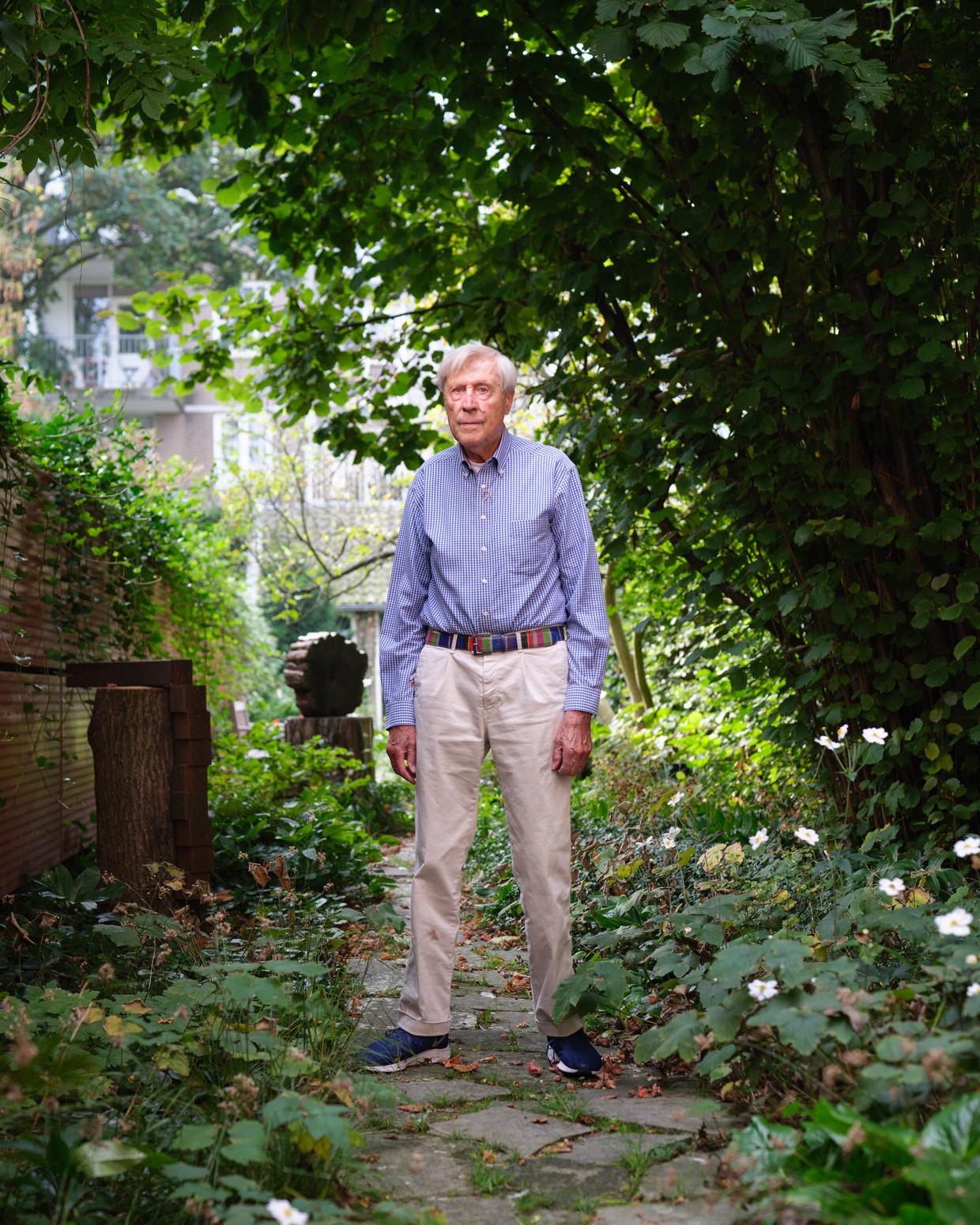 Architect Wim Quist in zijn tuin in Amsterdam. Beeld Erik Smits