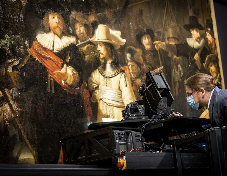 Onderzoekers bij de Nachtwacht in het Rijksmuseum. Het museum werkt samen met de TU Delft om een driedimensionale scan te kunnen maken. Het beroemde schilderij wordt vanaf volgend jaar gerestaureerd. Beeld ANP