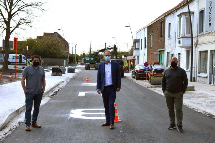 Schepen Bart Keymolen (CD&V), burgemeester Jan Desmeth (N-VA) en schepen Olivier Huygens (N-VA) op de werf in de Fabriekstraat in Ruisbroek.