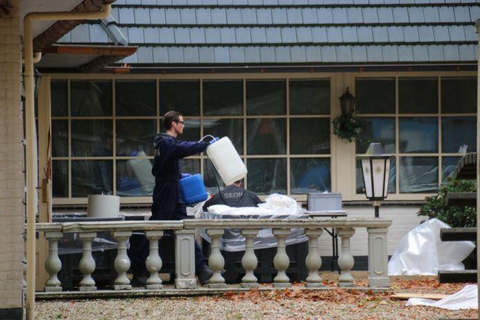 Een medewerker van een ontmantelingsteam haalt vaten uit voormalig restaurant Schaveren.