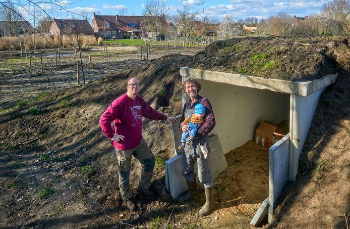 Olaf van Hoof met zijn zoontje Vic en Carlo Wijnen (links) van de vleermuizenwerkgroep bij het vleermuizenverblijf  in het nieuw aangelegde voedselbos in Veghels Buiten.