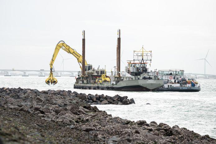 Vooroeverversteving van de Oosterscheldedijk bij Zierikzee.