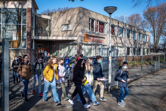 Sociale actie Juvenaat, leerlingen vertrekken van school voor sponsorloop.