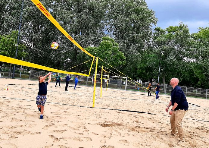 Wethouder Boaz Adank speelt samen met zijn zoon Lukas een spelletje beachvolleybal op het Chasséveld in Breda.