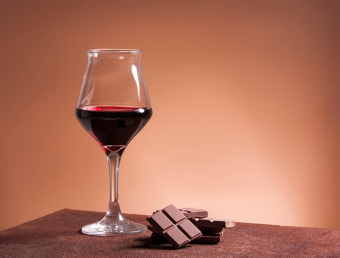 Zowel rode wijn als donkere chocolade beschermt tegen huidveroudering.