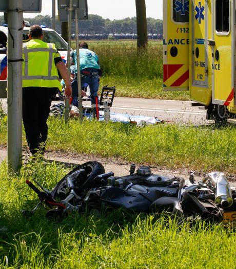 Motorrijder gelanceerd bij frontale botsing: 'Hij vloog tientallen meters door de lucht'