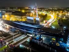 Zonder krasjes gaat grootste zeiljacht ter wereld door de smalle brug bij Vollenhove, op weg naar de wereldzeeën