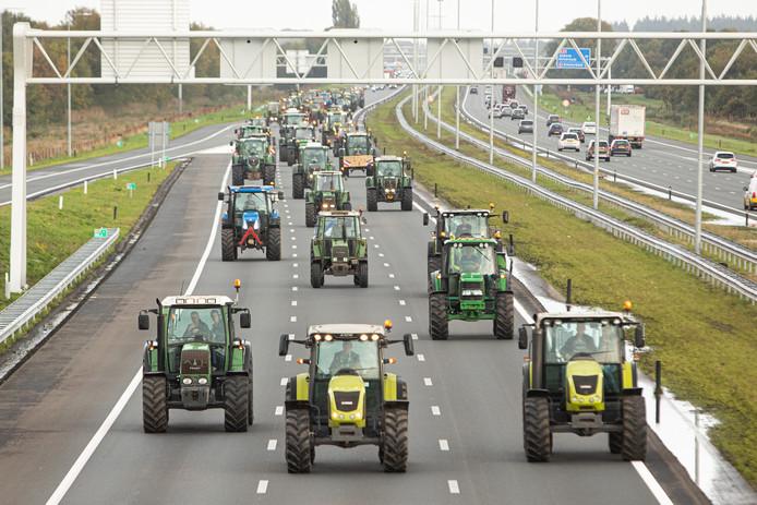 Zo'n honderd boeren op de A27 op weg naar Utrecht voor een demonstratie bij het provinciehuis.