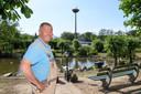 Wim Platenkamp weet niet wat hij met de ooievaar aan moet.