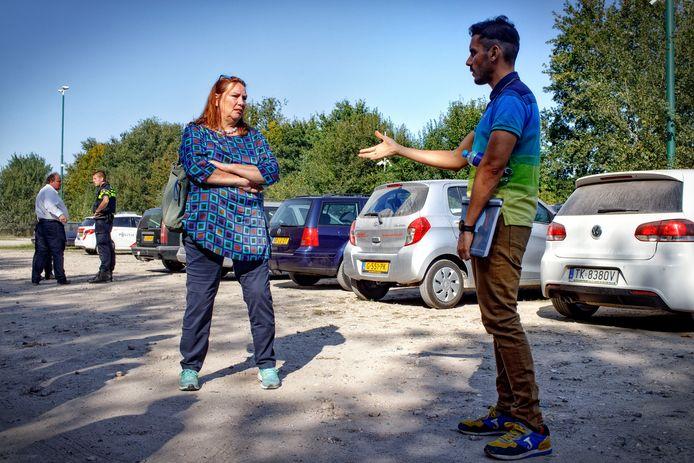 Arbeidsmigrant Ruben uit Spanje spreekt met Agnes Jongerius, terwijl FNV'er Bart Plaatje 'onderhandelt' met de politie.