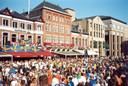 Het Europees kampioenschap voetbal 2000 speelde zich ook in Eindhoven af. Hier een voetbalfeest op de Markt.