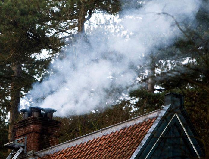 Rook uit de schoorsteen van een huis.