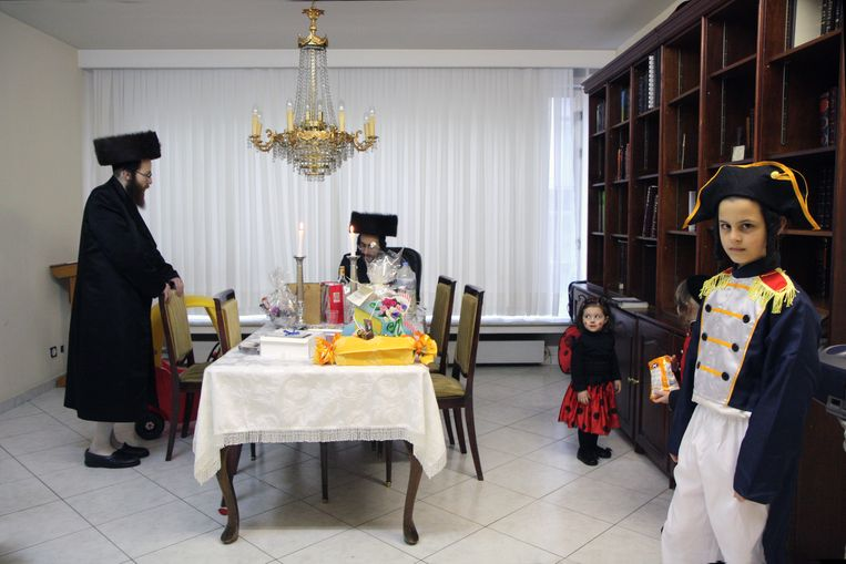 Elk jaar viert de Joodse gemeenschap het Poerimfeest, verkleedpartijen inbegrepen. Beeld Dan Zollmann