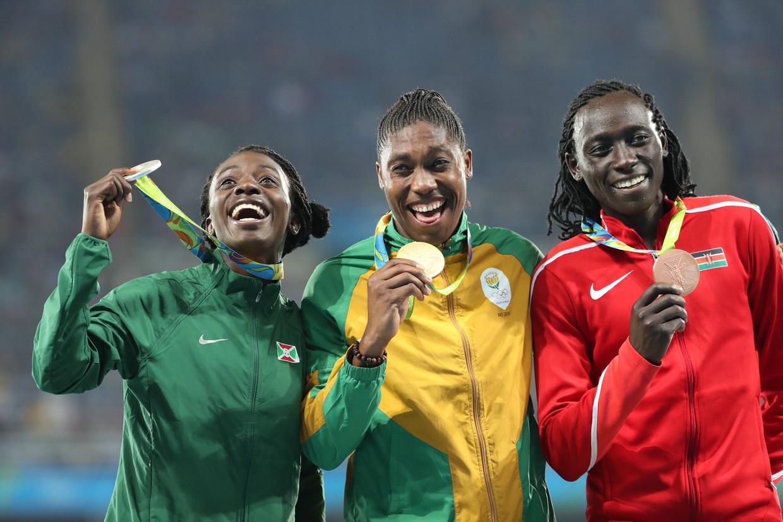 Het podium op de 800 meter tijdens de Olympische Spelen in Rio, augustus 2016: (vlnr) Francine Niyonsaba, Caster Semenya en Margaret Wambui. Alledrie hebben ze volgens World Athletics een te hoog natuurlijk testosterongehalte. Beeld BSR Agency