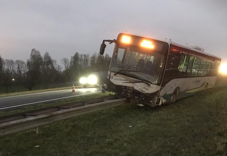 De bus is half op de vangrail terechtgekomen.