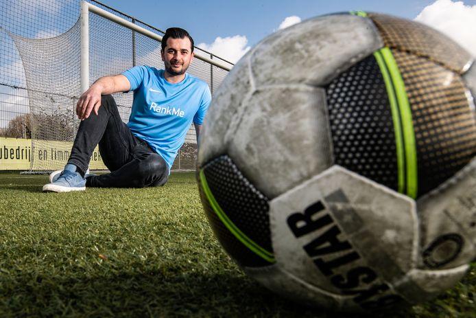 Deventenaar Ulas Mutlu (32) is de bedenker van RankMe. Een app waarin voetbalfanaten de strijd met elkaar aan kunnen gaan door fysieke challenges te doen. Met de opbrengsten van de app wil Mutlu kinderen die het niet financieel niet breed hebben helpen om sportkleren te kopen.