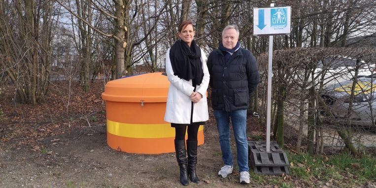 Burgemeester Marianne Verhaert en schepen van milieu Johan Verhaegen hopen met de afvalcontainers het zwerfvuil op industrieterrein Klein Gent in te perken.