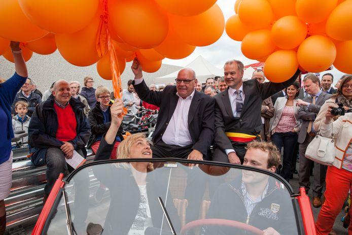 In 2014 werd nog gefeest op de oplossing die in zicht was, met burgemeester Termont, Merelbeeks burgemeester Filip Thienpont, en minister Hilde Crevits in een rode Cabrio. Pas 7 jaar later is de oplossing écht in zicht, in 2024 zal ze er zijn.