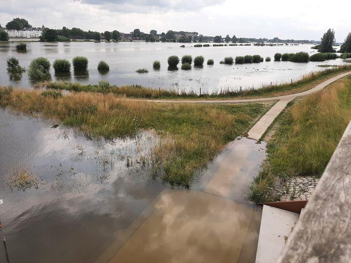 Hoog water in de IJssel in Zutphen, waar gisteren twee 9-jarige jongens in de problemen kwamen en moesten worden gered.