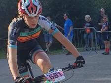 Mountainbikester Melissa Nuijten valt, maar rijdt toch nog naar vierde plaats op NK