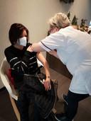Sandra Surmont en haar collega Stefaan Acke kregen als eerste personeelsleden de inenting