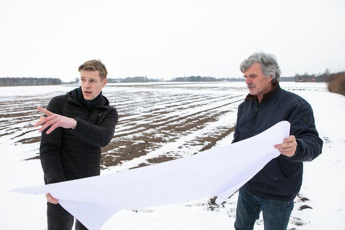 Gert Jonkhans (rechts) is voorzitter van de kavelruimcommissie. Henk Haarhuis is uit naam van Stimuland de kavelruilcoördinator.