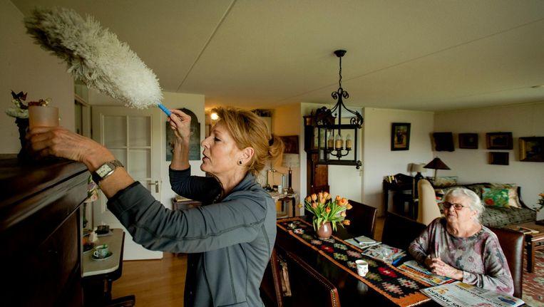 Een mevrouw krijgt huishoudelijke hulp in Amersfoort. Beeld anp
