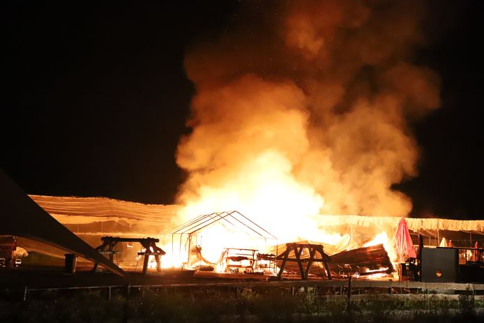 In het Tielse Wadenoijen heeft in de nacht van dinsdag op woensdag een brand gewoed