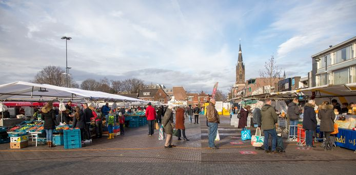 De zaterdagse weekmarkt op de Woenselse Markt in Eindhoven