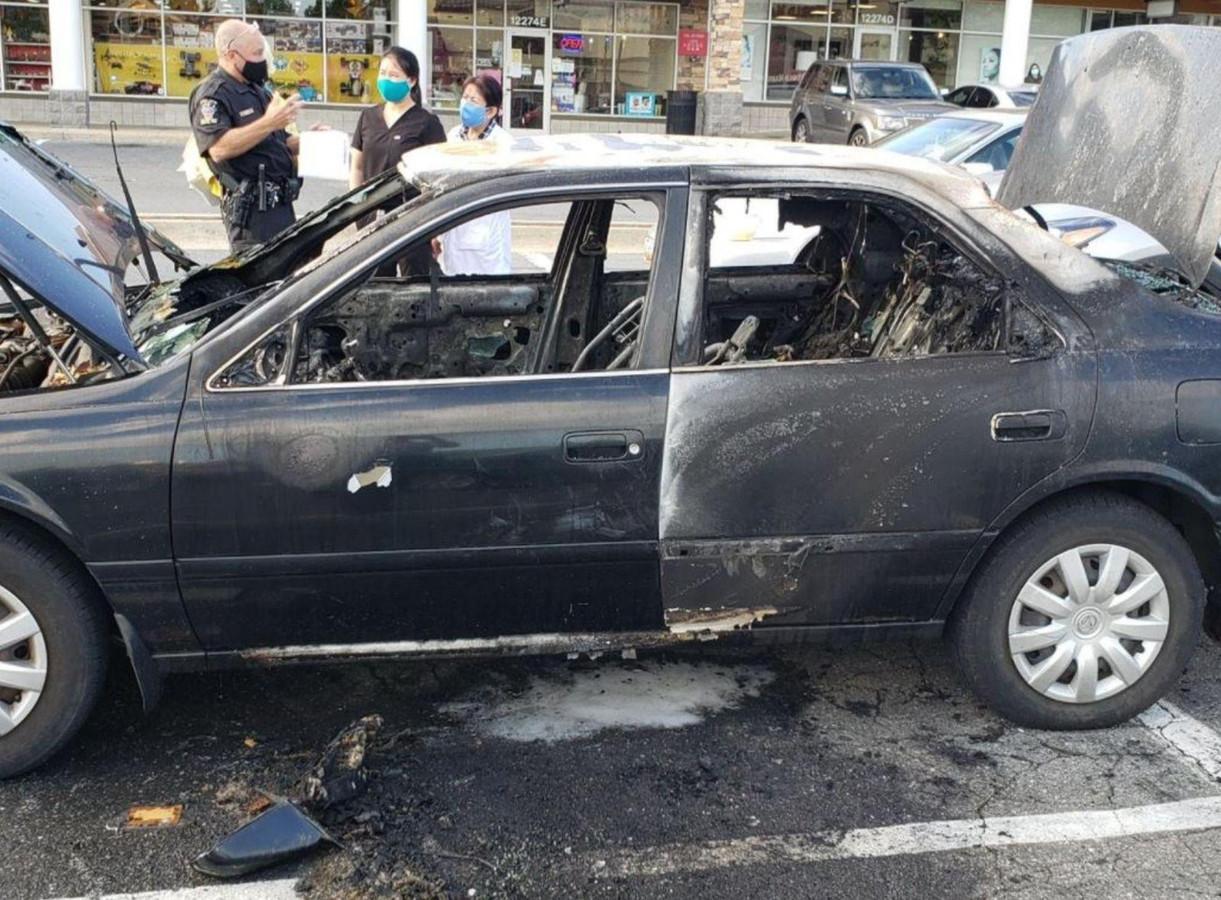 De compleet uitgebrande auto van het slachtoffer.