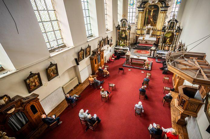 Kerkdienst bij de franciscanen in Megen met dertig mensen.