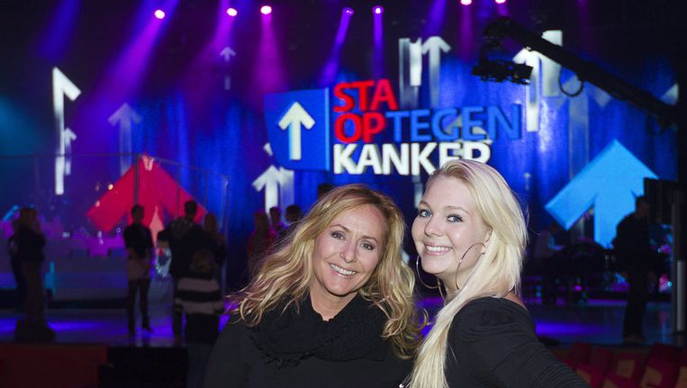 Angela Groothuizen (L) zong vorig jaar tijdens het Sta op tegen Kanker-gala een duet met Melissa, de 17-jarige dochter van haar overleden Dolly Dot-collega Ria Brieffies. Beeld ANP KIPPA