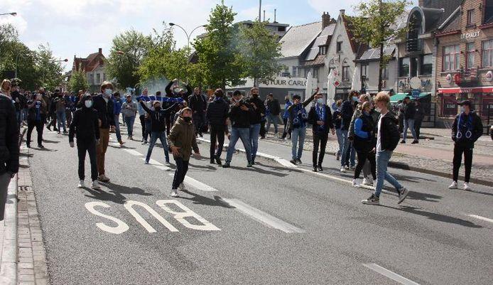 Een paar honderd Club-supporters wachtten de spelersbus op op de Platse.