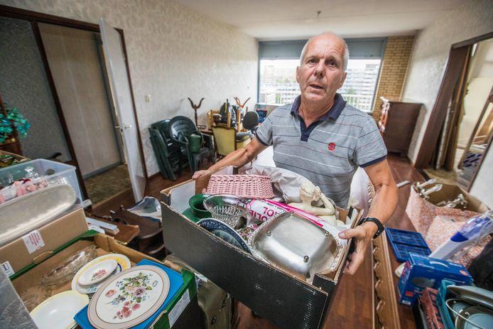 Frans Oranje ruimt het huis aan het Jonkerbos van zijn schoonvader Gerrit Walther leeg, omdat Gerrit naar een verpleeghuis in Lekkerkerk moest.