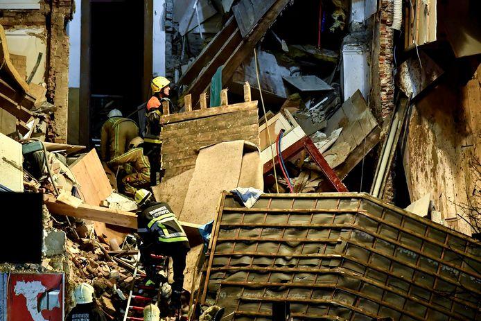 De brandweer zoekt in het puin naar overlevenden.