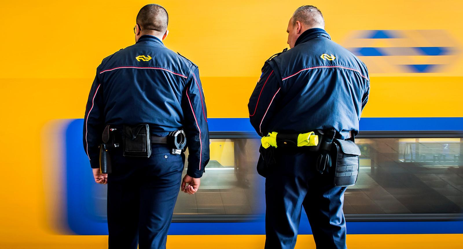 Service- en veiligheidsmedewerkers van de NS op het station. Beeld ter illustratie, de medewerkers op de foto komen niet voor in het verhaal.