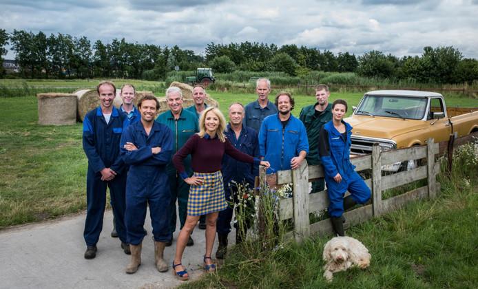 De kandidaten van dit seizoen Boer Zoekt Vrouw, met boer Ronald helemaal links.